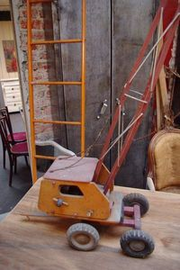 LE MARCHAND D'OUBLIS - grue en bois - Modèle Reduit