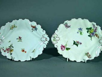 EARLE D VANDEKAR OF KNIGHTSBRIDGE - a pair of chelsea silver-shaped botanical oval dis - Plat De Présentation