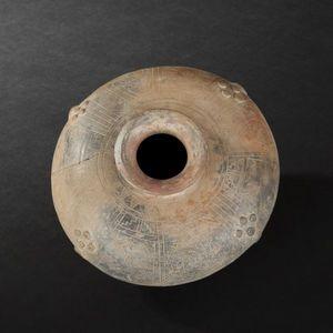Expertissim - vase lenticulaire en terre cuite � d�cor incis�. c - Objet D'art Pr�colombien