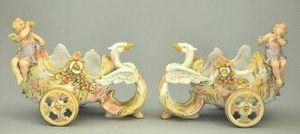 Demeure et Jardin - paire de chars a t�te de cygnes et amours - Figurine