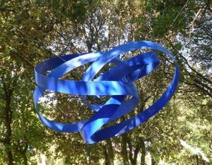 ZEUXIS - grand ruban bleu suspendu - Skulptur