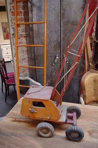 LE MARCHAND D'OUBLIS - grue en bois - Modellspielzeug