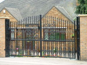 Access Controls - ornate double gates - Gartentor